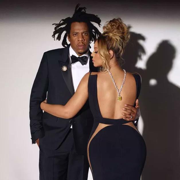 Beyoncé e Jay-Z com o diamante da Tiffany