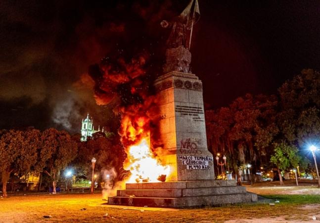 Pedro Álvares Cabral tem estátua incendiada por coletivo indígena em meio ao 'julgamento do século'