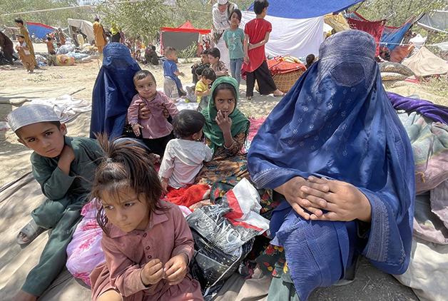 Mulheres e crianças de família desabrigada na parte norte do país após a retomada do Talibã