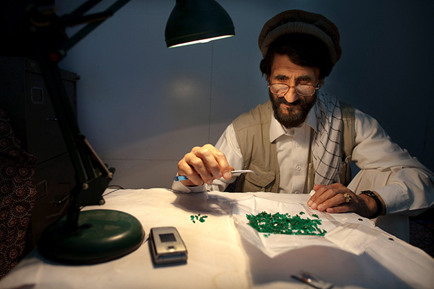 Especialista analisando esmeralda afegã