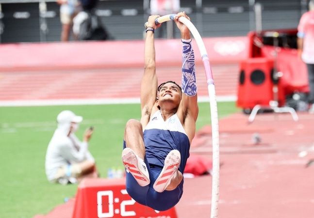 Salto com vara de Karalis nas Olimpíadas rende memes divertidos e imaturos de brasileiros