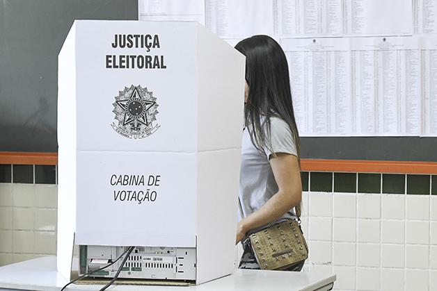 Eleitora votando