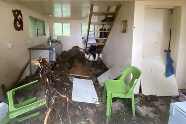 A casa de Zoe Stephens em Tonga após o ciclone