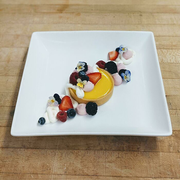 Tortinha de manga com ganache de coco, creme de goiaba, berries frescas