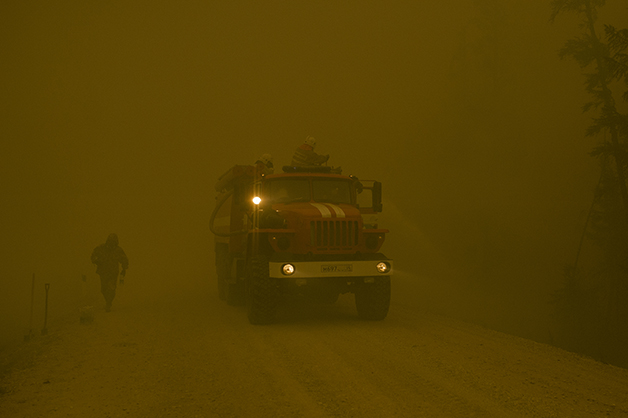 Bombeiros em meio à fumaça no vilarejo de Kuel, na Yakutia