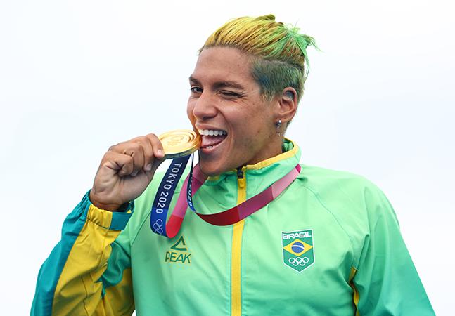 Ana Marcela sobre ouro nas Olimpíadas: 'Mulher pode ser o que quiser'; namorada se emociona