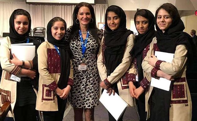 Reneau junto da equipe afegão em encontro em Washington, em 2019