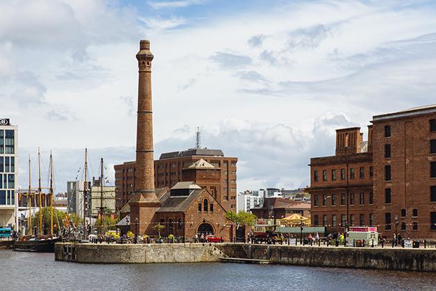 Alguns dos prédios construídos na zona portuária de Liverpool no século XIX
