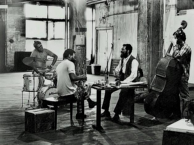 Ed Blackwell, Dewey Redman, Ornette Coleman, Charlie Haden, no apartamento da Prince Street em maio de 1971