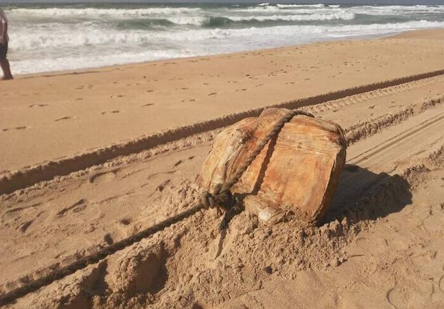 Praia de Salvador é invadida por objetos que pertenciam a navio nazista