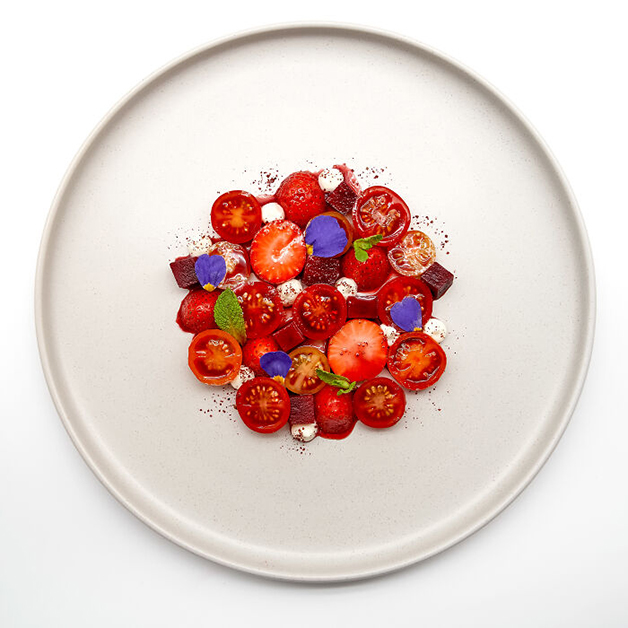 Salada de tomates-cereja com morango, mousse de queijo de cabra, beterraba, hortelã e sumagre