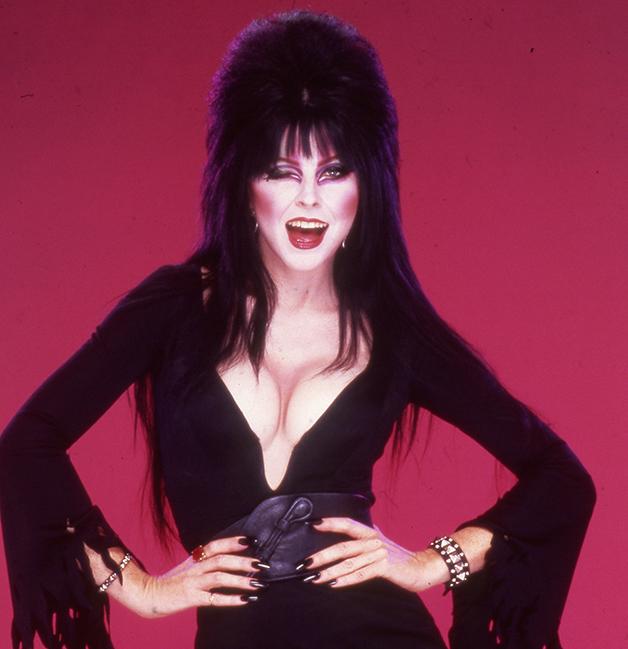 Cassandra Peterson como a personagem Elvira