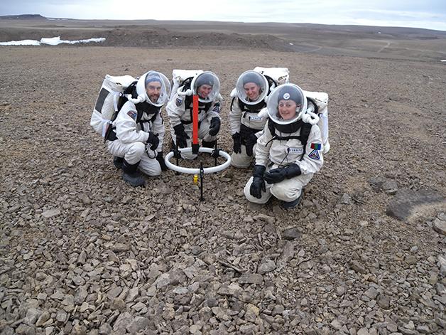 Expedicionários treinando para um dia irem à Marte na Ilha de Devon