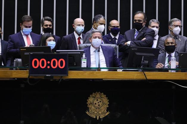 O deputado Arthur Lira presidindo a sessão na Câmara