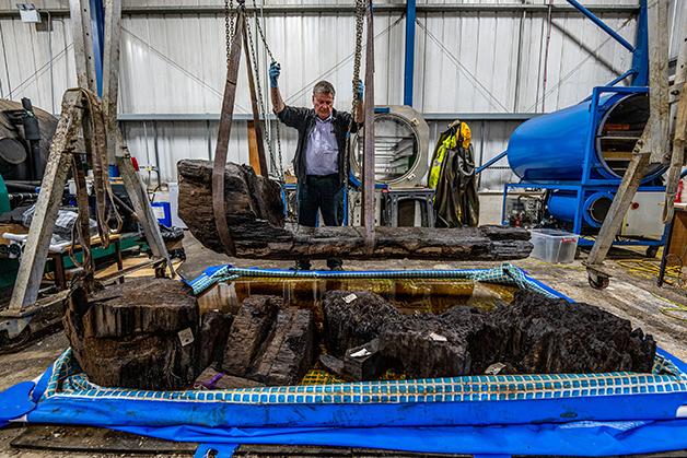 Ian Panter, chefe de conservação do York Archeological Trust, com o caixão recuperado