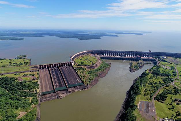 A Usina Hidrelétrica de Itaipu com o Rio em cheia