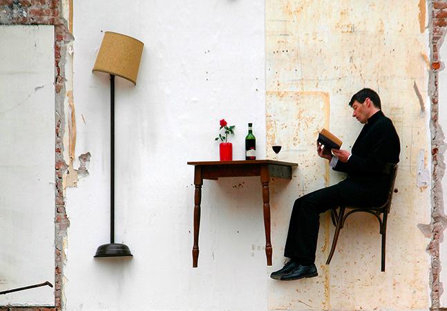 A poética e o absurdo do cotidiano nas performances do artista francês Thierry Mandon