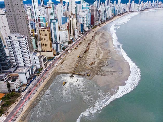 Obras de ampliação da faixa de areia em Balneário Camboriú
