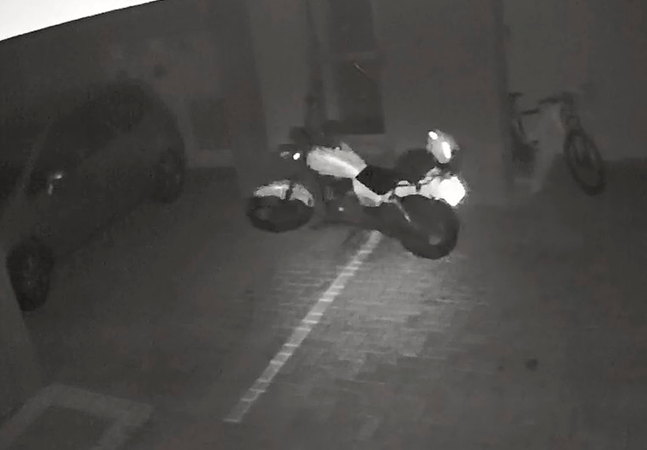 Moto andando sozinha em estacionamento no PR viraliza; veja vídeo com seus olhos