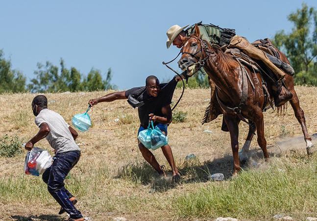 Escravidão viva nos EUA: refugiados haitianos são chicoteados por guardas a cavalo na fronteira