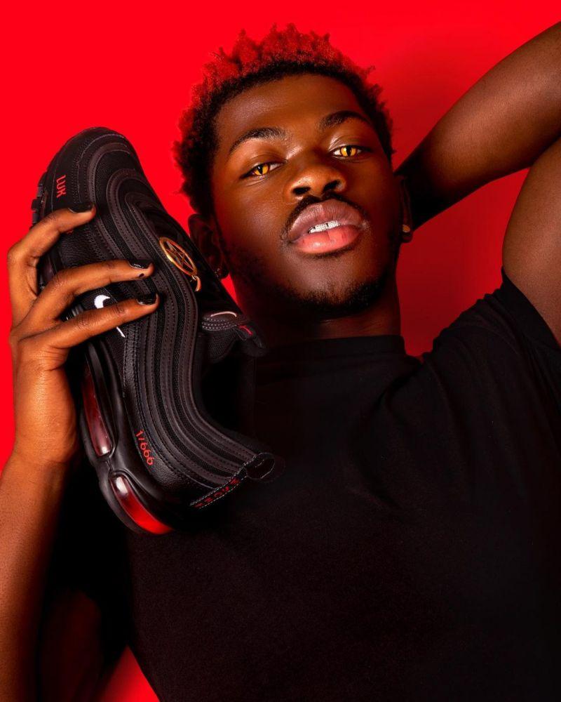 """Lil Nas X é processado pela Nike por """"tênis satã"""""""