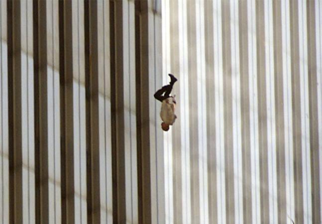 11 de setembro: a história da polêmica foto do homem se jogando de uma das torres gêmeas