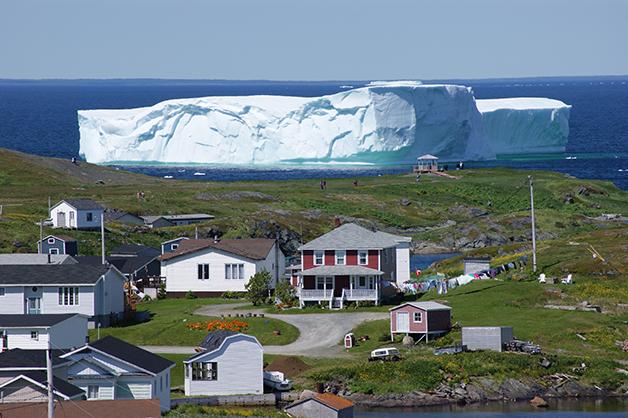 """Um imenso iceberg """"desfilando"""" pelo """"beco"""" no Canadá"""