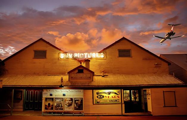 A entrada do Sun Pictures, na Austrália, com seu charmoso letreiro luminoso