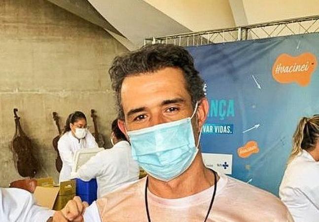 Marcos Pasquim se vacina contra a covid 'meio sem camisa' e confunde todo mundo