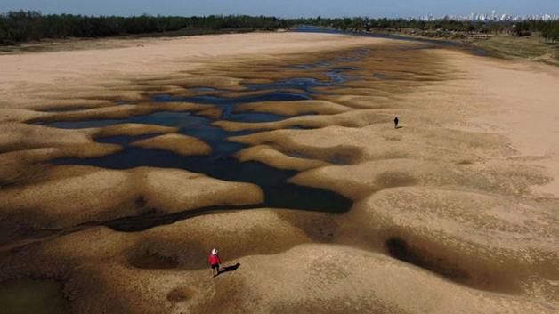 A seca quase completa do Rio Paraná na altura da cidade argentina de Rosário