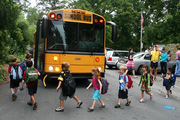 Crianças em ônibus escolar nos EUA
