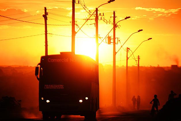 O raríssimo ônibus que transporta a população da Comunidade do Sol Nascente, em Brasília