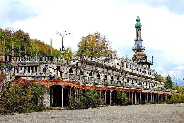 Um dos muitos edifícios abandonados no cenário atual de Consonno