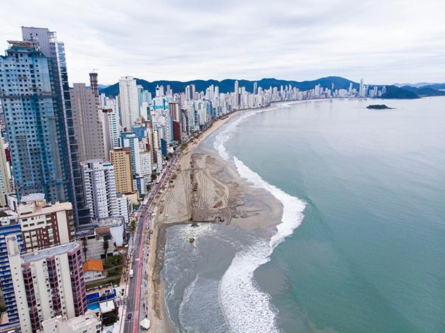 Obra na praia de Balneário Camboriú