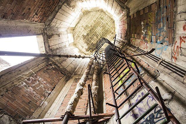 O interior da outrora imponente torre de Consonno