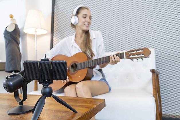 Musicista gravando para o Youtube