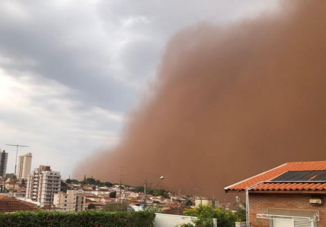 Nuvem de poeira que fez Franca desaparecer com ventos perto dos 100 km/h é explicada por especialistas