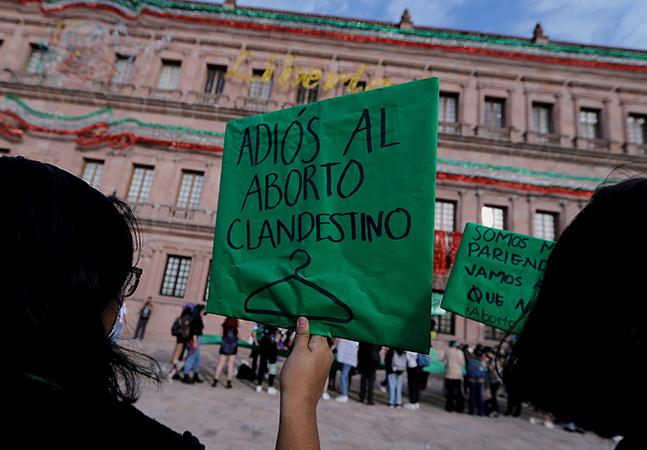 México descriminaliza aborto e anuncia estátua de mulher indígena para o lugar de Cristóvão Colombo
