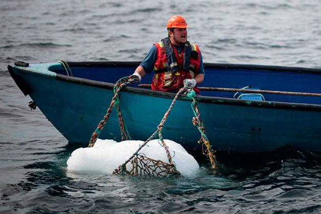 """Um caçador de iceberg """"capturando"""" um bloco"""