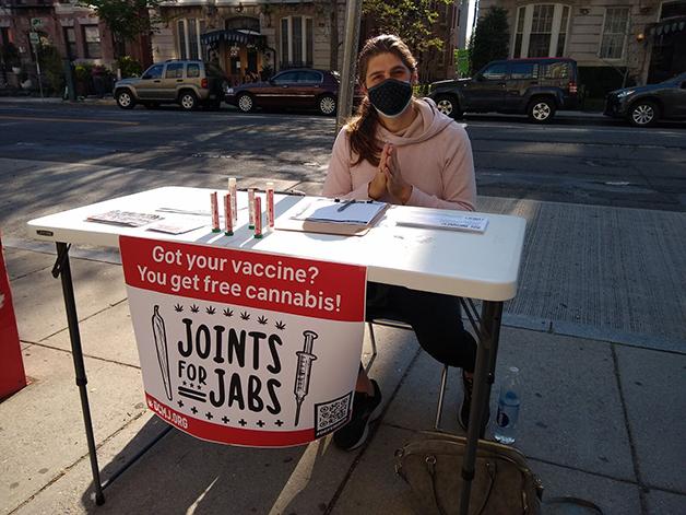 Na capital dos EUA um grupo foi às ruas oferecer um baseado para quem comprovasse ter se vacinado