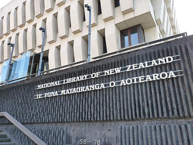 Na Biblioteca Nacional em Wellington, o nome do país é apresentado também como Aotearoa, traduzido para o idioma Mãori