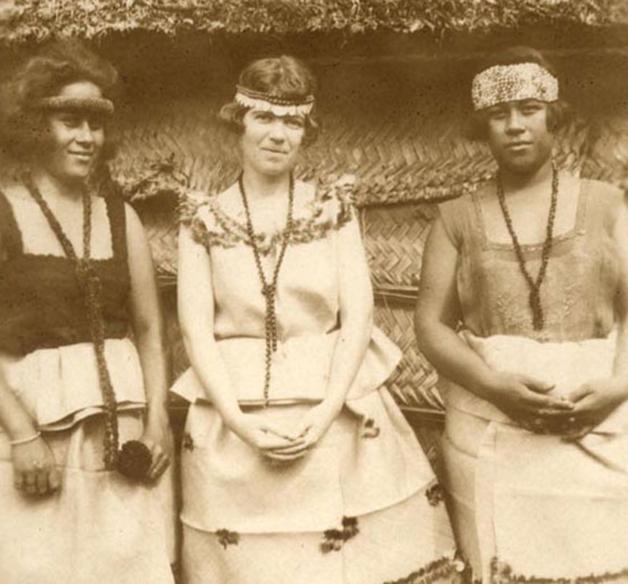 Margaret Mead entre duas mulheres de Samoa em 1926