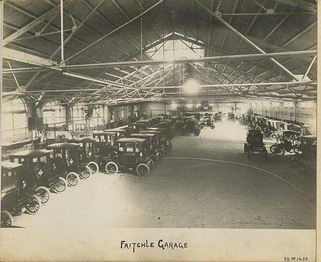 A garagem de Fritchle nos anos 20, cheia de modelos para serem vendidos