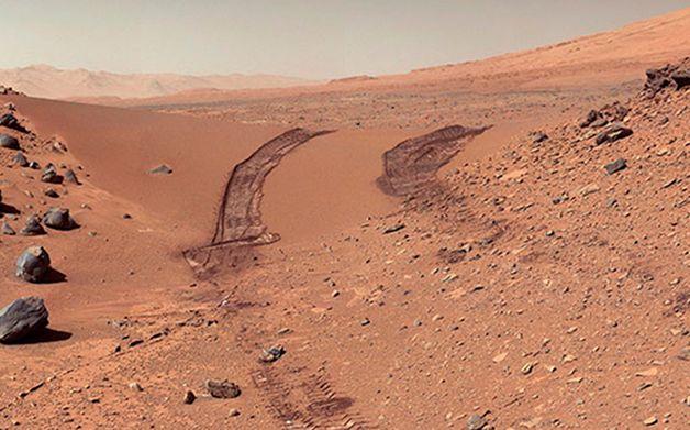 Solo de Marte com marcas recentes das atuais missões no planeta