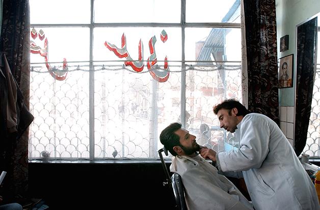 Foto tirada em Cabul em 2003, quando as barbearias começaram a se tornar populares no Afeganistão, após a primeira queda do Talibã