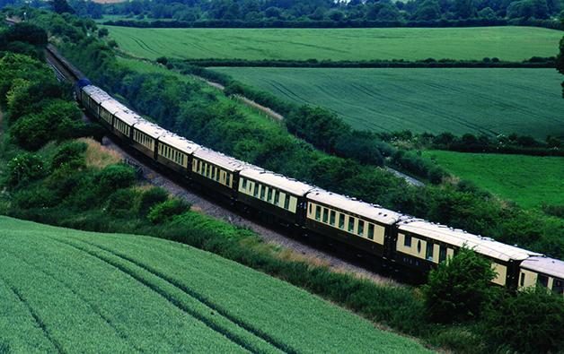 O Belmond British Pullman cruzando os verdes campos britânicos