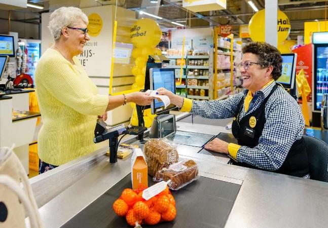 Supermercado abre 'caixas de bate-papo' para combater a solidão entre idosos