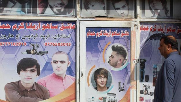Propagandas pela cidade oferecem serviços de barbearia e cortes de cabelo para homens afegãos