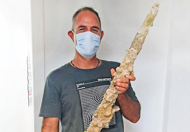 Mergulhador israelense encontra espada de 900 anos de cavaleiro das Cruzadas