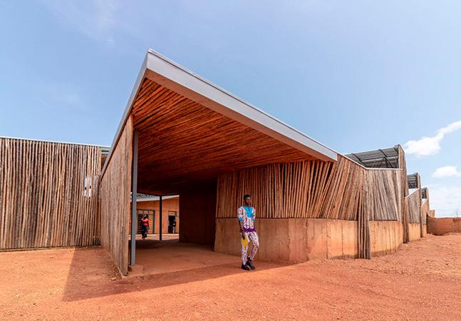 Com barro e toras de eucalipto, arquiteto constrói prédio de universidade em Burquina Faso
